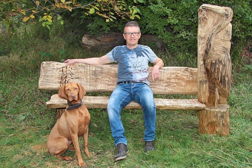 Bernd Messemer auf selbst gerfertigter Holzbank aus massivem Eichenholz